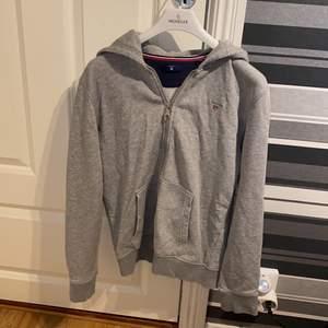 Sparsamt använd hoodie från gant (barn avdelningen)