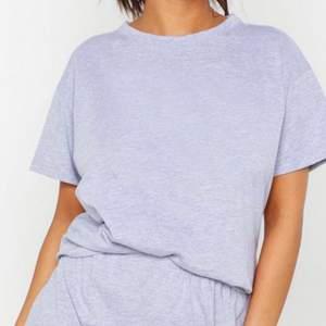 Pyjamas med shorts och t-shirt från Boohoo. Säljer för att den var för liten. Storlek 34 men är som en 32. Meddela om du vill ha flera bilder.
