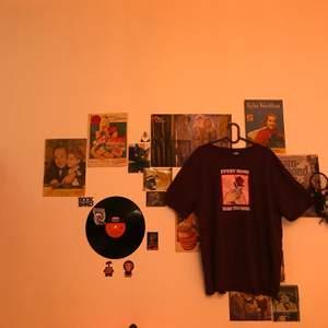 Snygg vinröd T-shirt med ros motiv och text på framsidan. 🥀Köpt på H&M i storlek XL. Använd ett fåtal gånger och säljer pga att den inte används. Tredje bilden är för att visa färgen lite bättre. Vinröd ish i verkligheten🌹💞
