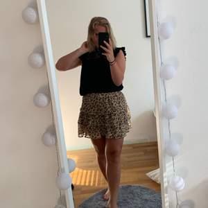En fin leopardmönstrad kjol med volanger som sitter jätte fint på och ger en fina höfter