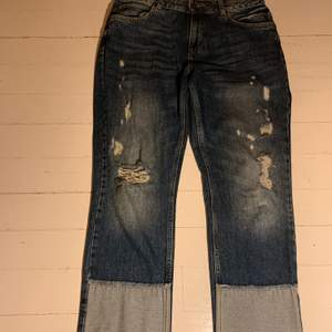 Mom jeans från Zara med slitningar stl 40. Mest slitningar på knäna men även lite upp på låren, även lite på fickorna på rumpan. Använt fåtal gånger, mycket bra skick. Säljer för 200kr.