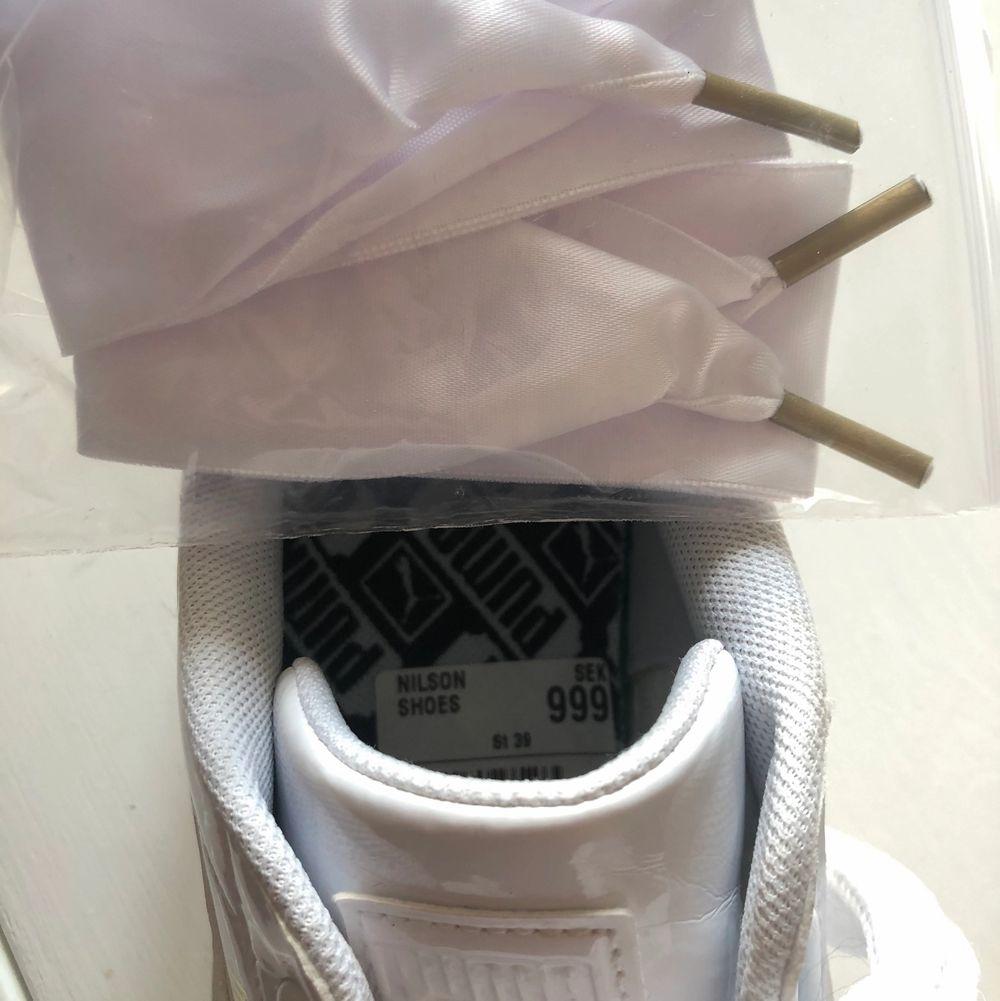 """Intressekoll på dessa SKITSNYGGA (!!) vita puma basket """"lack"""" sneakers, de kommer med tjockt snöre både i tyg och """"silke"""". Säljer pga fel storlek, skorna är sparsamt använda (prislapp finns kvar) o nypriset var 999 kr. Budgivning startar på 300 kr!🦋. Skor."""