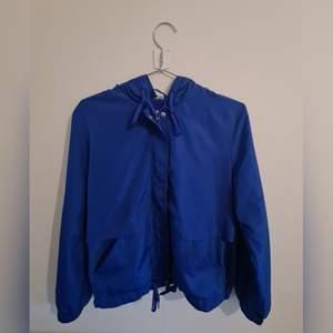 Lätt jacka med huva från Divided / H&M. Strl S, blå. Skick: köpt för någon månad sedan och använt 2-3 gånger endast. Så som ny. (+ frakt 54kr)