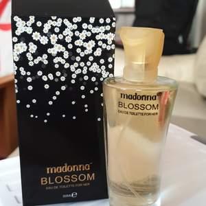 Madonnas parfym Blossom 50 ml Eau De Toilette för her helt ny oanvänd. 60 kr med postpåsen inräknad.