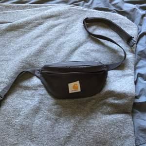 Skitfet och smidig väska från carhartt med justerbart band med 3 stora fickor. Används aldrig längre och därför säljer jag den.