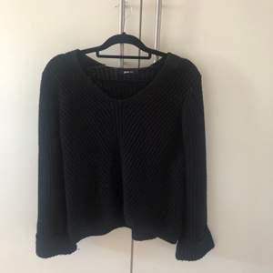 Fin stickad tröja från Gina tricot. Säljer då jag inte använder längre. Tröjan är vidare i ärmarna. Kan frakta eller mötas upp i Uppsala💕