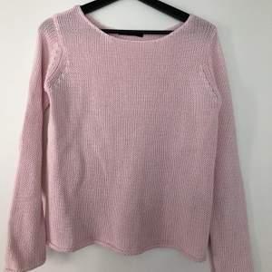 ~~ FRAKT INKLUDERAT ~~ Rosa tröja med knappar på baksidan. XS men passar S med, väldigt skönt material.