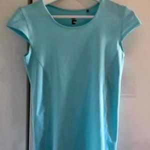 Ljusblå träningstopp/t-shirt. (mer klar färg IRL). Mycket fint skick. Stl S. Skickas mot fraktkostnad 44 kr.