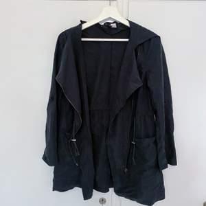 Tunn svart jacka/kappa. Använd fåtal gånger. Köparen står för frakt