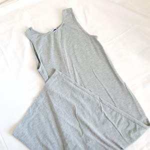 Ny skick! Strechig klänning  Köparen står för frakten 63kr för 1kg,  billigare vid köp av flera plagg! 💙 priset kan diskuteras på samtliga plagg