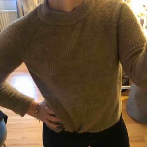 Världens mysigaste beiga tröja från Vero Moda. Säljer pga att den inte används längre. Är i XS men passar S då den är väldigt stretchig.