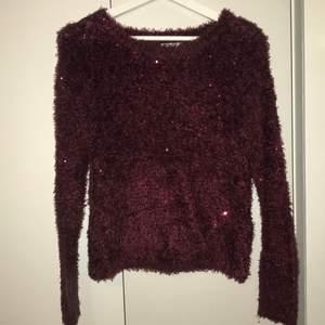 Fluffig vinröd teddy tröja.