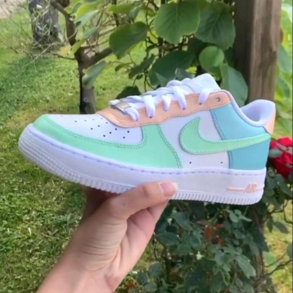 Tar emot beställningar även på Instagram: Daayi_i. Skorna  är äkta och inte från Wish eller liknande, färgen som används spricker ej och tål vatten. Perfekt och hållbar Kvalite 💚💛. Skor.