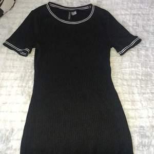•En figurnära klänning från H&M.                       •Använd några gånger men i utmärkt skick. Frakt ingår.