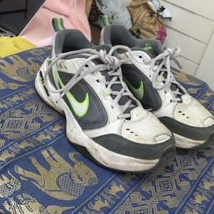 Ett par snygga Nike monarch men som dock är använda med ett litet resår som är lite öppet,men syns knappt på. Även fast dom är använda är dom snygga. Köparen betalar frakt men går bra att mötas upp också ☺️