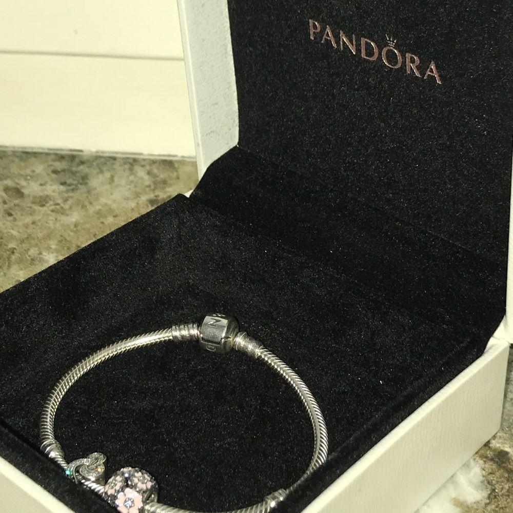 Jättegulligt Pandora armband i silver, ingår två berlocker. Köpt för över 900 kr, nästan oanvänt. Trendigt!!😋❤️ startpris på 400 kr. . Accessoarer.