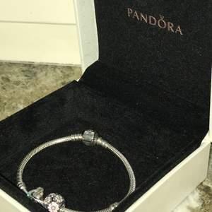 Jättegulligt Pandora armband i silver, ingår två berlocker. Köpt för över 900 kr, nästan oanvänt. Trendigt!!😋❤️ startpris på 400 kr.