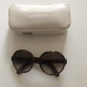 Supercoola runda solglasögon från Marc Jacobs. Färgen är i mörkgrå/brun.