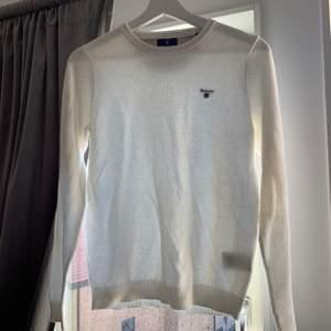 En jättefin stickad tröja från GANT, inköpd för ca 3 år sedan men endast använd 1-2 gånger. Säljes just pga den anledningen, att den inte används! Storlek S men skulle säga att den sitter relativt tajt så passar mer en XS enligt mig! NYPRIS: 1.499kr