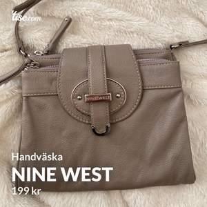 Nine west handväska Ordinariepris: 599 (Aldrig använd, perfekt skick) pris kan diskuteras       Kontakta mig för mer bilder eller frågor, frakten ingår