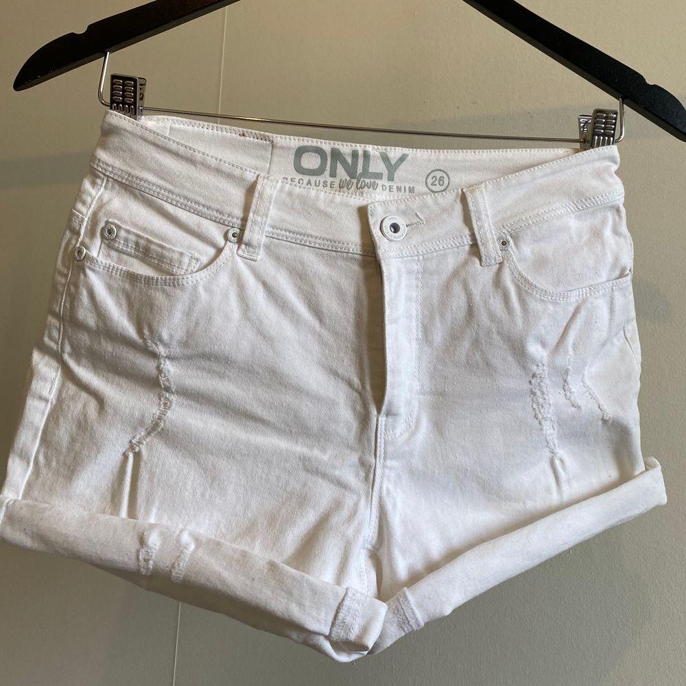 Vita shorts från ONLY. Shorts.