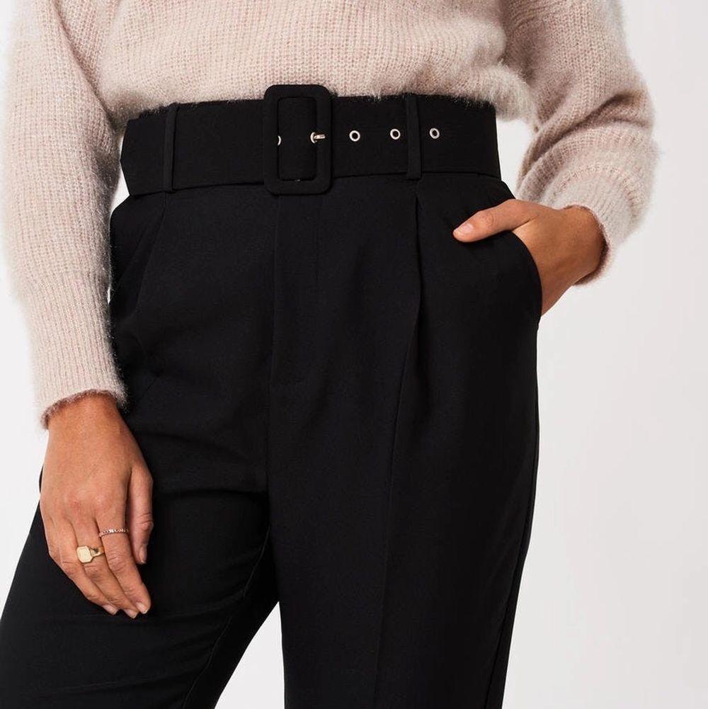 Snygga kostymbyxor med avtagbart skärp från Gina Tricot. Använda några få gånger. Nypris 400 kr, mitt pris 150kr (går att diskutera). Frakt tillkommer⚡️. Jeans & Byxor.