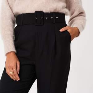 Snygga kostymbyxor med avtagbart skärp från Gina Tricot. Använda några få gånger. Nypris 400 kr, mitt pris 150kr (går att diskutera). Frakt tillkommer⚡️