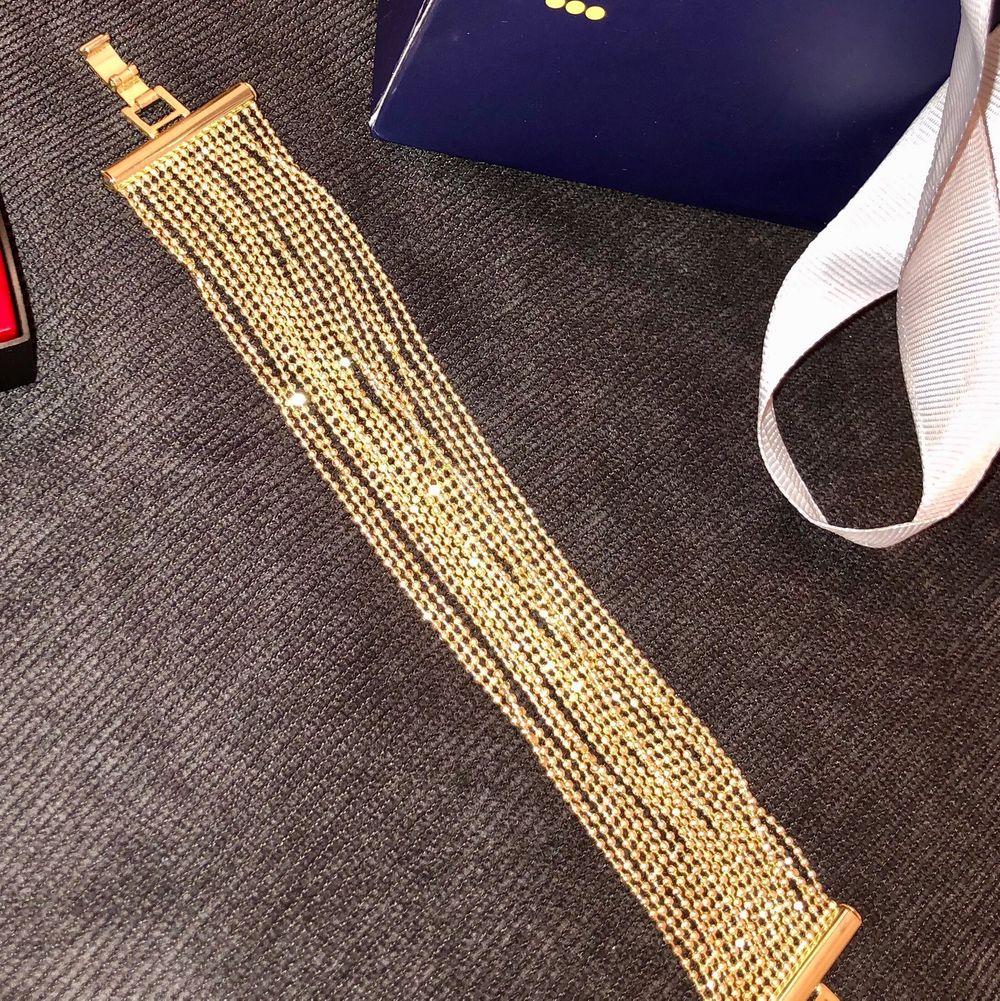 Jätte fint guld armband som aldrig kommit till användning från Nakd. Passar till allt och kan användas vid många olika tillfällen. Frakten ingår.. Accessoarer.