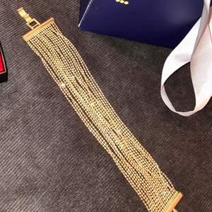 Jätte fint guld armband som aldrig kommit till användning från Nakd. Passar till allt och kan användas vid många olika tillfällen. Frakten ingår.