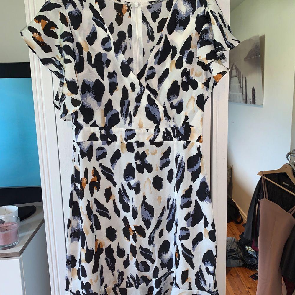 Säljer denna klänning som jag tycker är något för kort för min smak (170) annars helt perfekt för sommaren. Använd en gång. Köparen står själv för frakten. Klänningar.