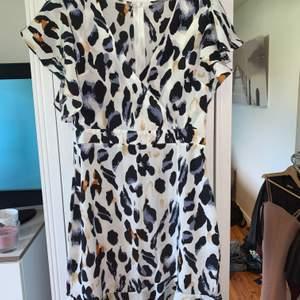 Säljer denna klänning som jag tycker är något för kort för min smak (170) annars helt perfekt för sommaren. Använd en gång. Köparen står själv för frakten