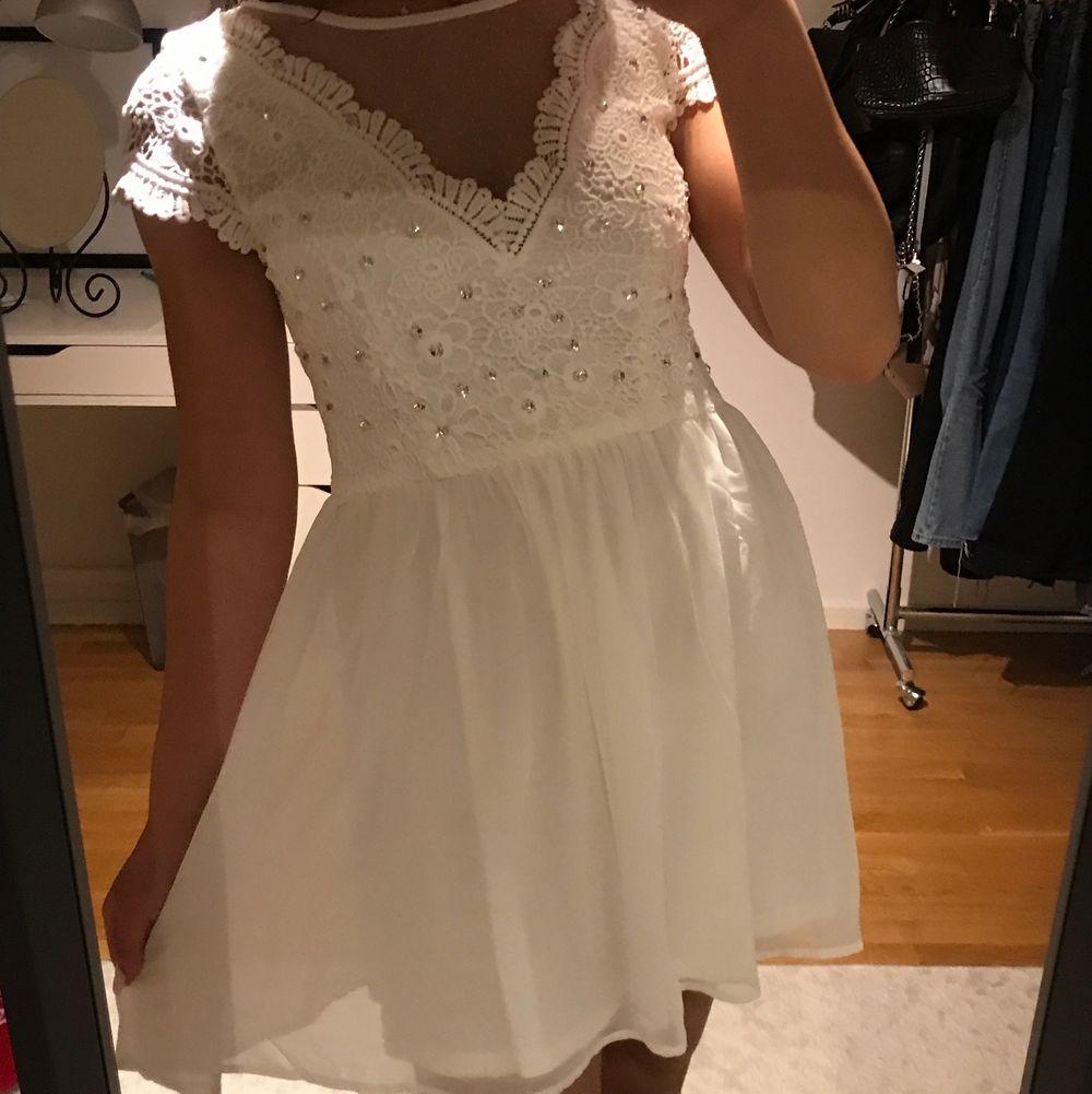En super fin klänning från Nelly. Aldrig använd och är i storlek 36. Passar perfekt nu på sommaren.. Klänningar.