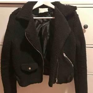 Biker jacket köpt här på plick, men var för liten. Storlek L men passar mer S,  liten i storlek. Frakt på 70 kr tillkommer