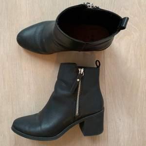 Svarta läder klackskor i storlek 38, har vanligtvis 38 men dessa har lite smalare fötter så hade rekommenderat för någon med storlek 37/lite smalare fötter 😉 lite smutsiga på bilden. En snabb affär uppskattas 💜
