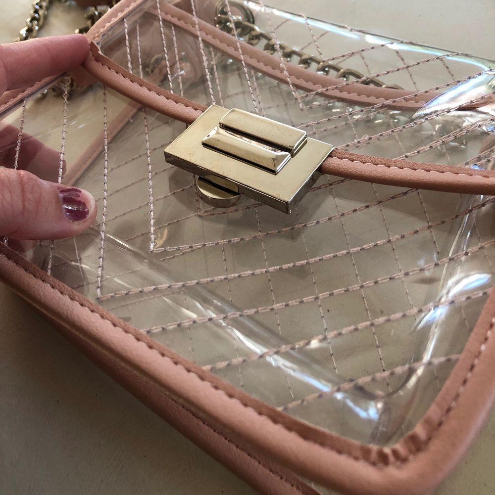 Supersöt och annorlunda väska som jag köpt second hand för 350kr. Den är av mig aldrig använd och i fint skick. 🥰🥰 Buda från 50kr. Accessoarer.