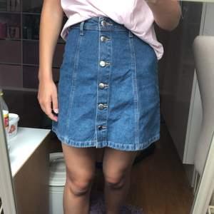 Ny jeanskjol med lappen kvar!🤗Storlek: 34, den var lite för liten och köpte den utan att prova💗🌸frakt tillkommer, pris kan diskutuers💛