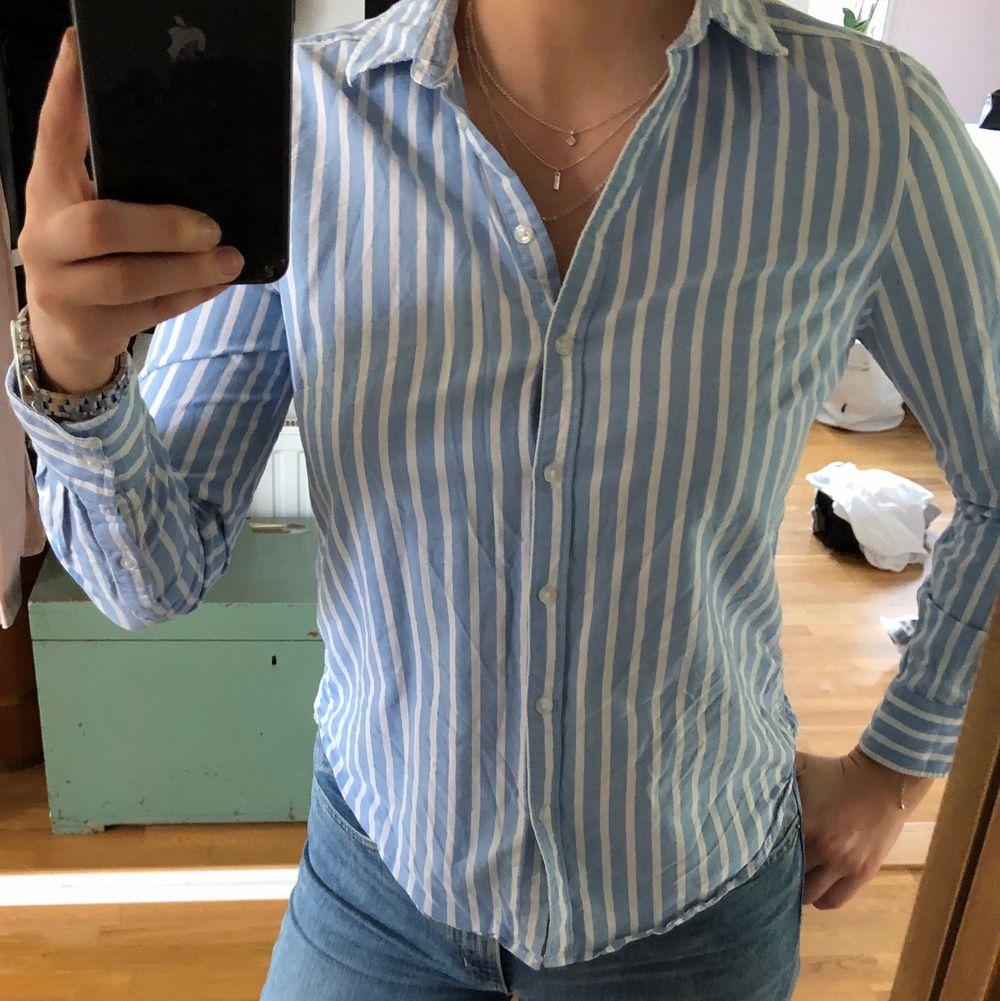 Fin skjorta från Gina Tricot. Mer som en 38 än 36 storleksmässigt! . Skjortor.