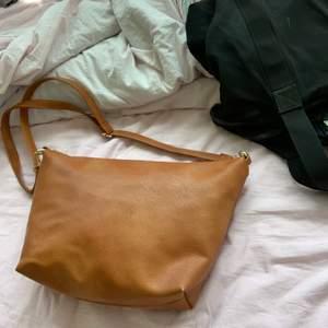 En snygg och skön väska med en innerficka samt guldspännen