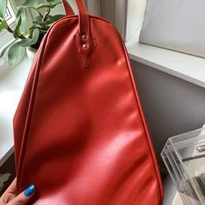 Supersnygg väska!!! Bra skick trots att den är vintage