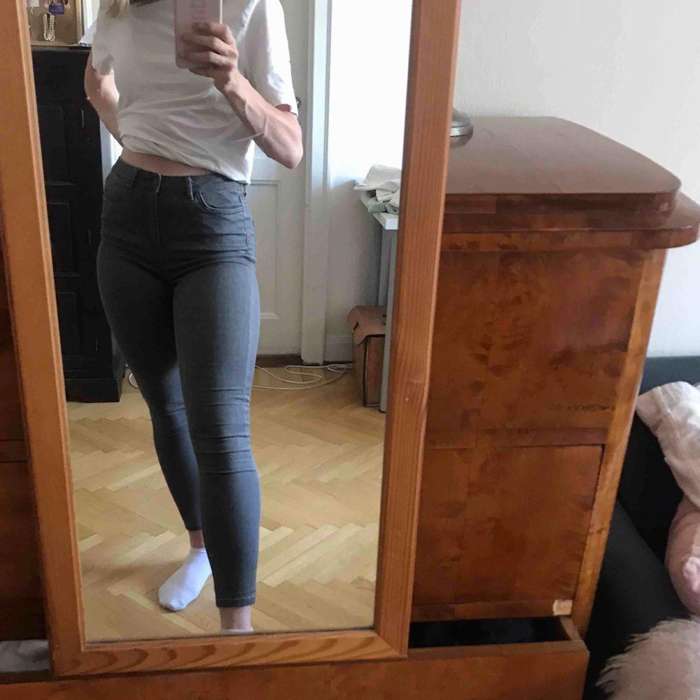 Gråa tighta jeans som är ganska stretchiga. Inte använda så mycket. Köparen står för frakten. Kan även mötas upp i Stockholm . Jeans & Byxor.