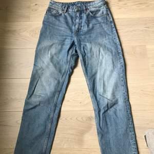 Jeans från monki i fint skick. Säljer pga har så många liknande! Hör av dig om fler bilder önskas:)