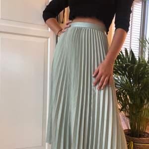 Superfin längre kjol, väckad och i en superfin ljusgrön färg 🧚🏼🧚🏼🧚🏼🧚🏼🧚🏼🧚🏼🧚🏼 köparen står för frakt (59kr) ATM: högsta bud på 180kr, avslutas lördag kl 15:00