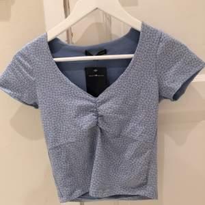 Denna söta toppen är från Brandy Melville. Inget fel på tröjan i sig, den kommer bara inte till användning🦋🦋 💫  strl är one size men den passar bra på mig som är XS. Buda gärna