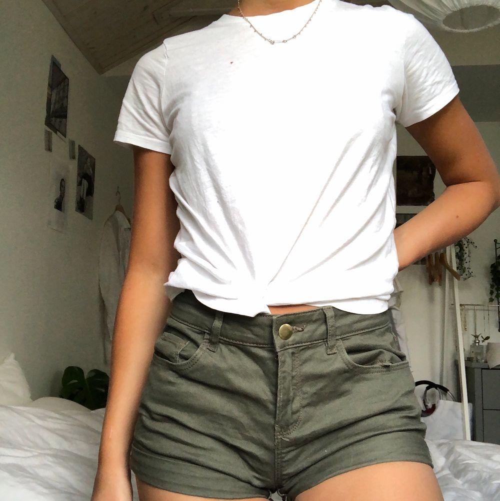 Ett par jeansshorts i khakifärg från H&M! Jättesköna och supersnygga nu i sommar! Kan mötas upp i Malmö annars står köparen för frakt❤️. Shorts.