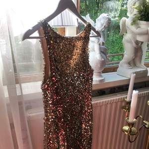 Superfin guld paljettklänning från Gina i stl S. Använd ett fåtal gånger. Säljer för 100kr. Frakt tillkommer💓