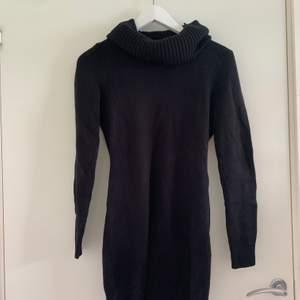 Stickad svart klänning men hög hals. Från hm, xs