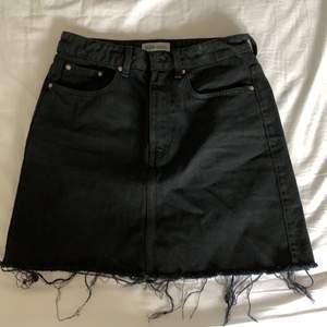 Kort kjol, med slitningar ner till. Andvänd få gånger