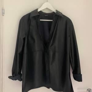 Trendig, snygg och oanvänd skinnskjorta/jacka (fakeskinn) från Gina Tricot. Säljes på grund av fel storlek! Perfekt att slänga över sig för att få en cool touch på sin outfit! 100kr + frakt