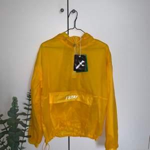 En gul tunn vindjacka i märket ISTAY i Stl S, köpt på Carlings men den kommer tyvärr inte till användning. Köparen står för frakten☺️