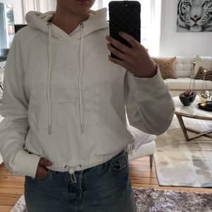 Hoodien är köpt i London och är en kollektion mellan weekday och fila. Passar för de med storlek S och XS, älskar vita hoodies och det var en av anledningarna varför jag lockades till den:) ursprungspris: (svenska kronor) 600kr